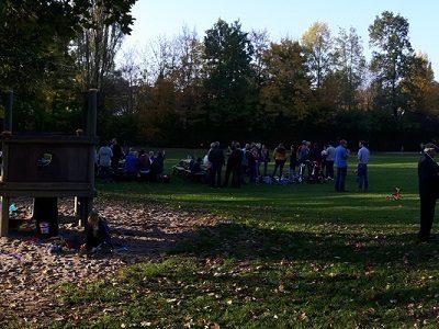 Picknick auf dem Nachbarschaftsspielplatz